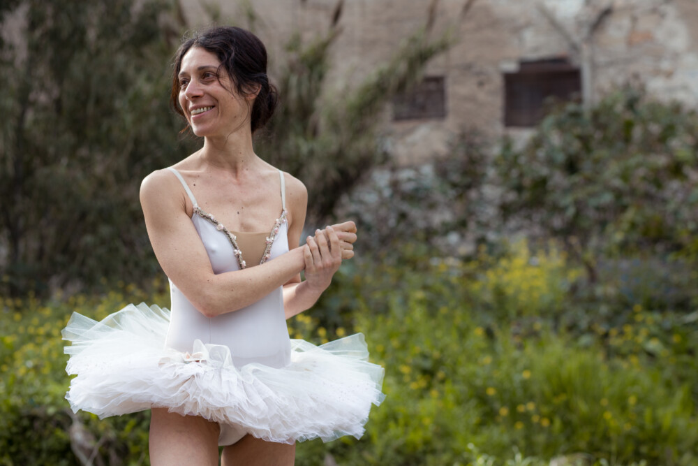 Simona Malato als de volwassen Maria in Le Sorelle Macaluso