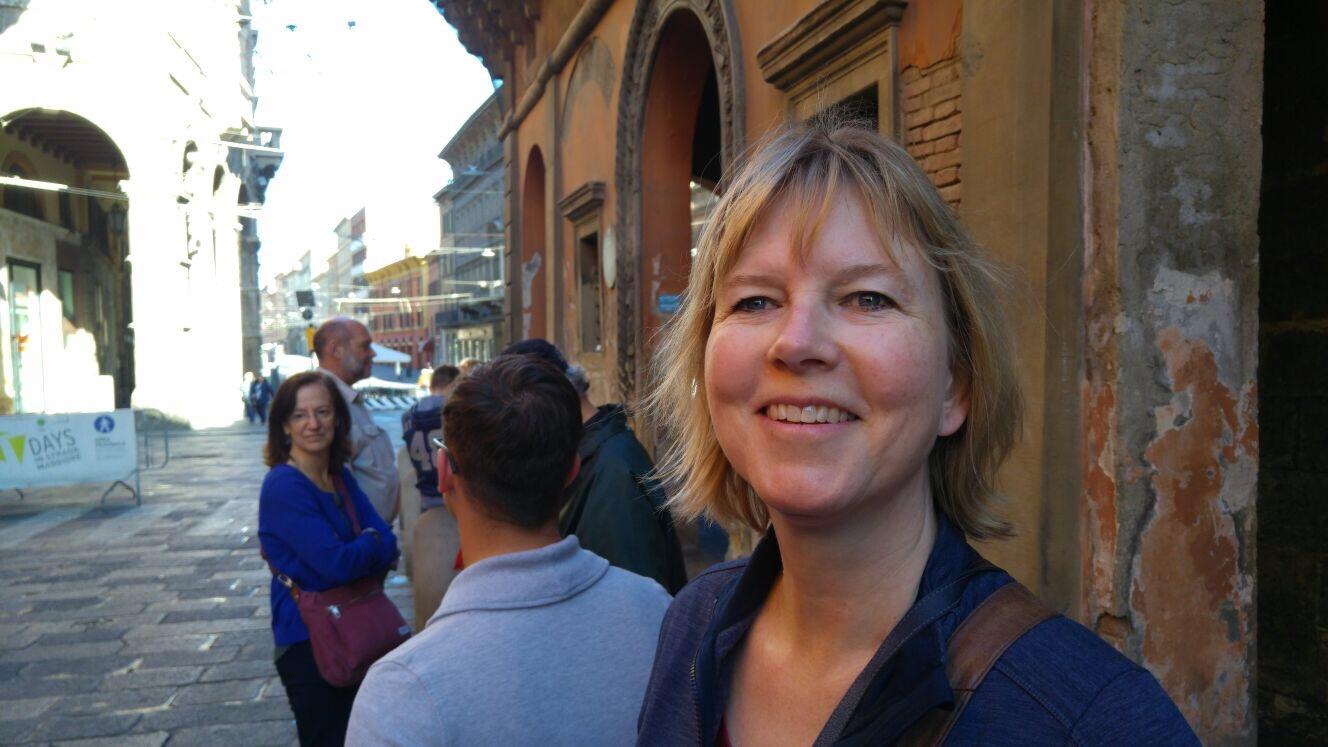 Annelies bij de scheve torens van Bologna