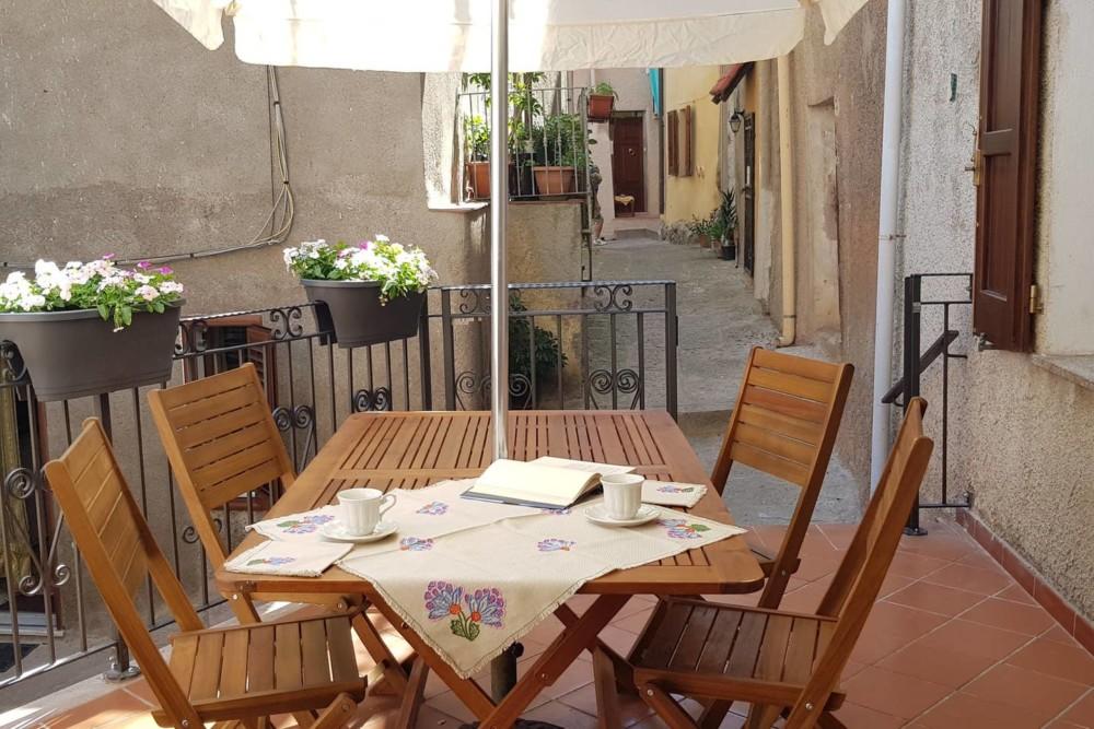 Het terrasje bij het vakantieappartement in Castelsardo