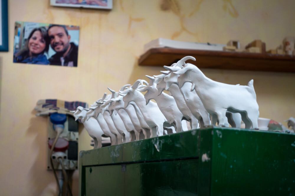 Een rijtje geiten van klei bij keramiekwinkel Sa Brocca in Baunei