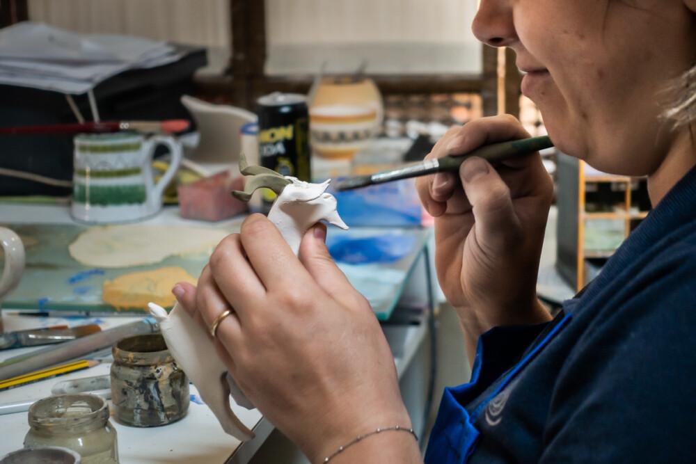 Barbara beschildert een geit van keramiek