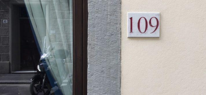 rood huisnummer in Florence