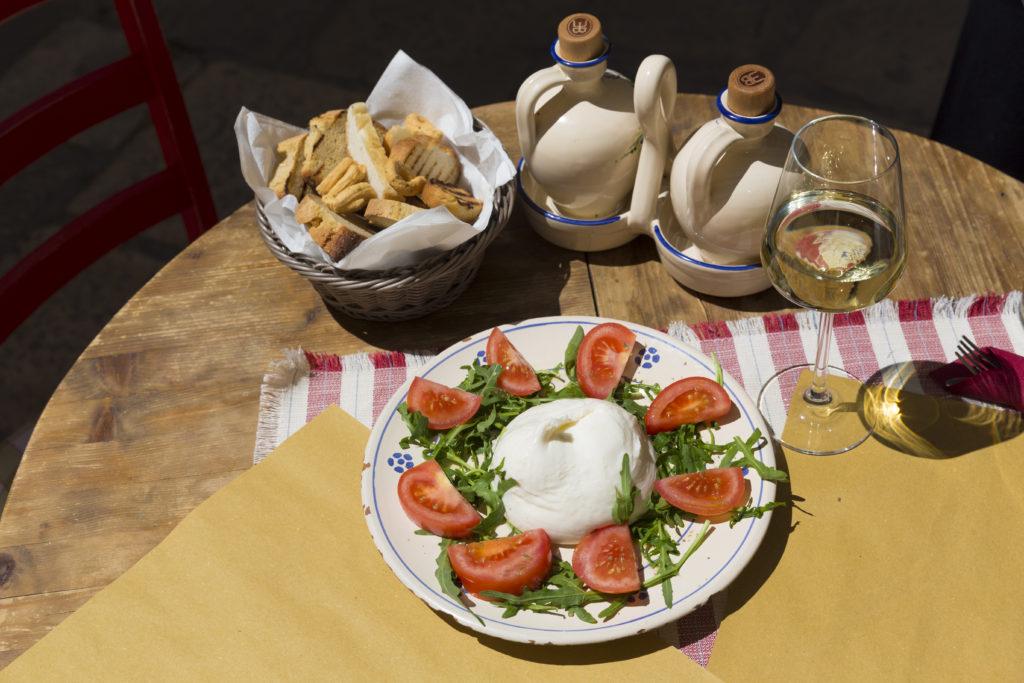 Burrata op het karakteristieke servies van Puglia