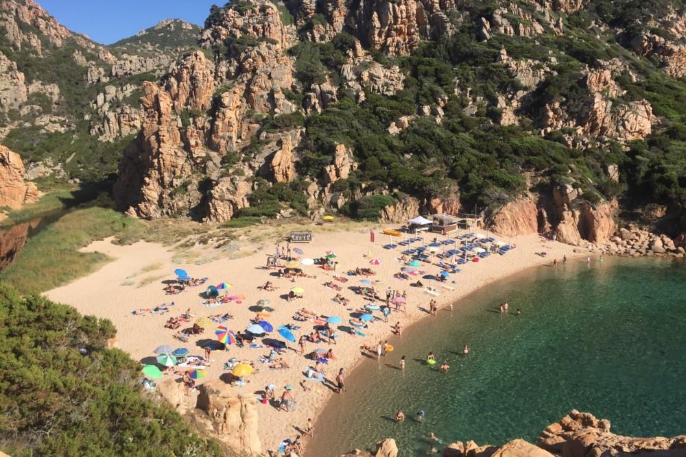 Strand Li Cossi op Sardinië