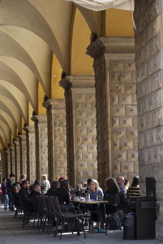 Terras onder de zuilengalerijen in Bologna
