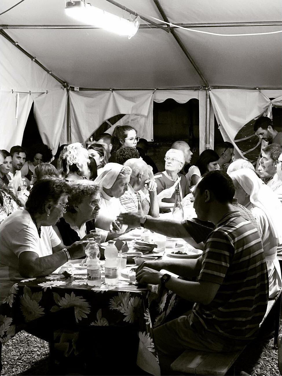 Eten aan lange tafels tijdens de sagra – Sardinië