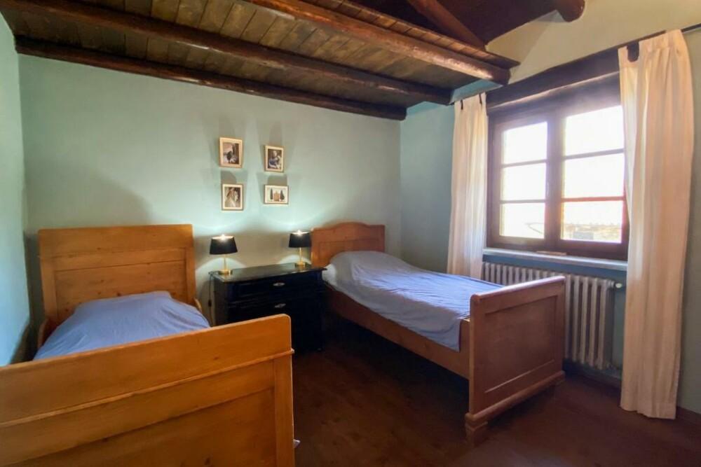 Slaapkamer op de bovenverdieping van het Casa Dolce Vista in Monastero Bormida, Piemonte